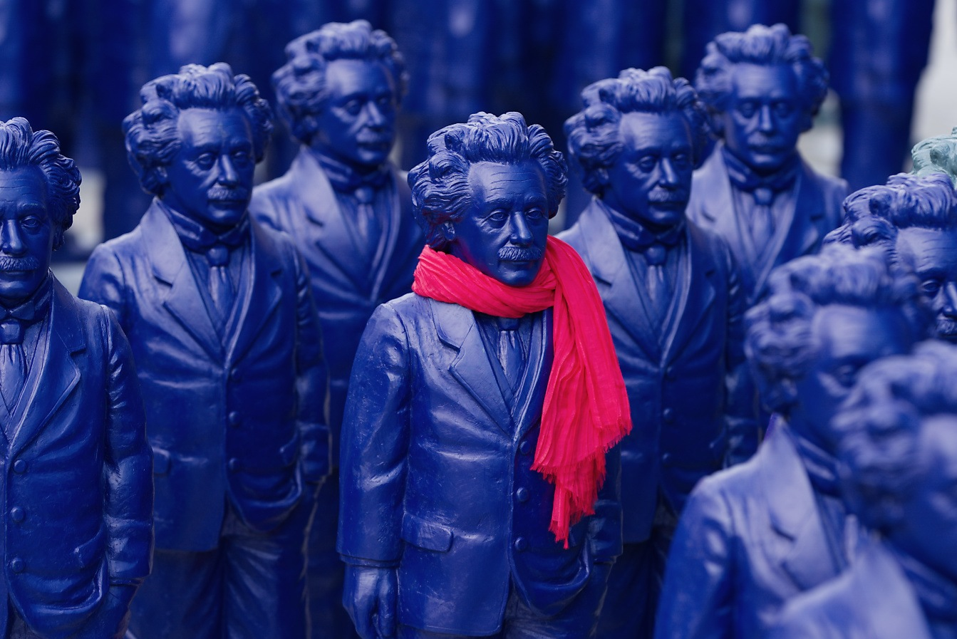 DSC04551-Einstein-with-red-scarf-25p